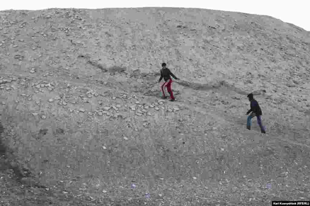 Люди, поднимающиеся на вершину Отрар-тобе.