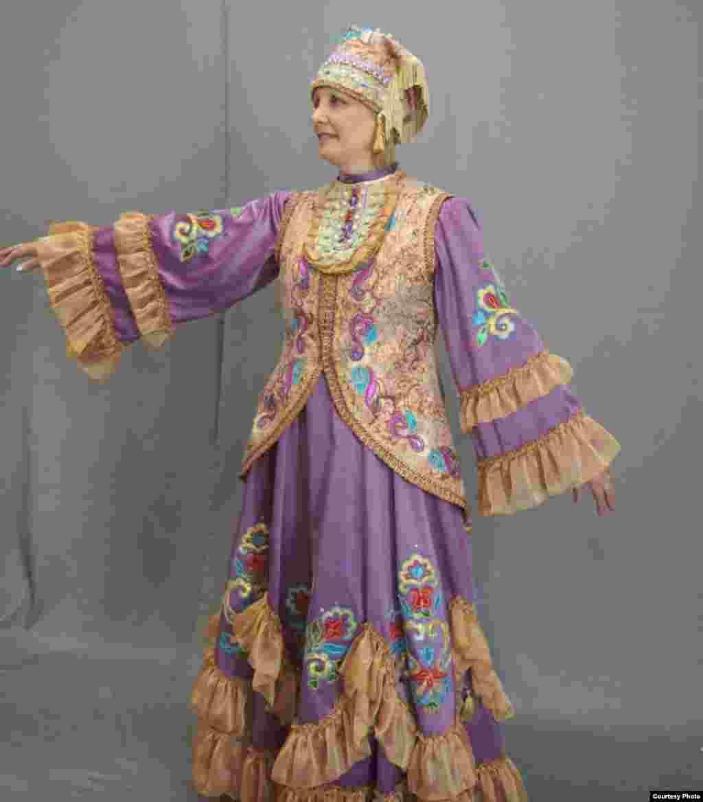 """""""Бу рәсемнәрдә төсләр, бизәүләр, баш киемнәре, изүне костюм өстеннән кую, алъяпкычны чуар күлмәк белән кию – барысы да татар киемен эстетик һәм форма ягыннан бозып күрсәтү"""""""