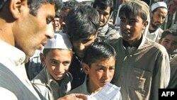 Спасайся кто может. Грамотный афганец знакомится с листовкой, предупреждающей о начале военной операции