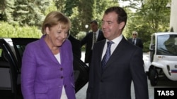German Chancellor Angela Merkel and Russian President Dmitry Medvedev before their talks in Sochi