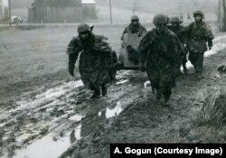 Вторая половина 1940-х: Чехословацкие солдаты месят грязь, готовясь облагодетельствовать человечество. Снимок из военного архива Чехии, копия А. Гогуна