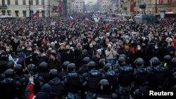 Санкт-Петербург. Демонстранты на Невском проспекте