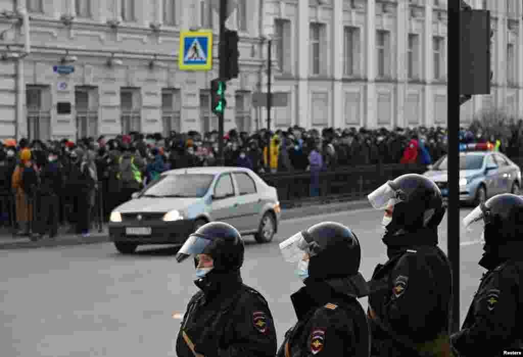 Поліція і протестувальники в Омську