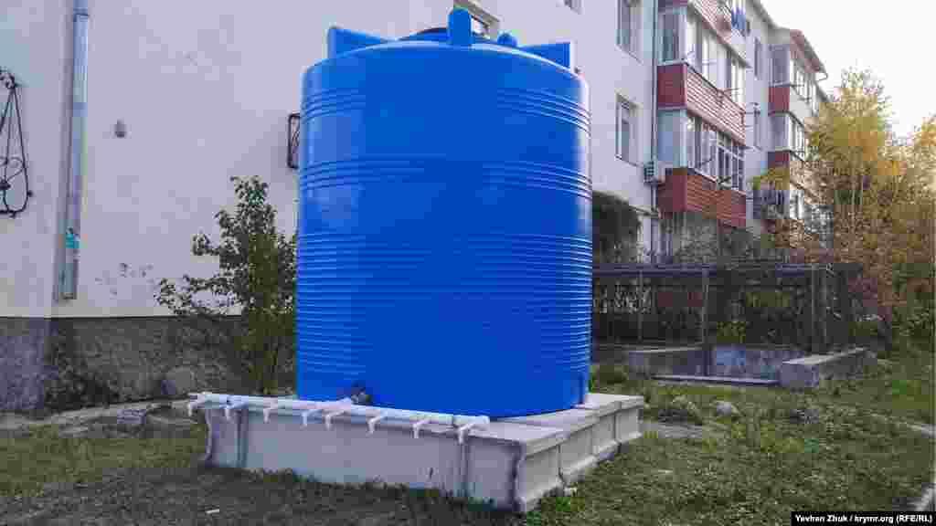 Зараз село Чистеньке, як і багато інших населених пунктів Криму, має проблеми з водою. На вулицях встановлені великі пластикові ємності, які наповнюються водою з водовозок