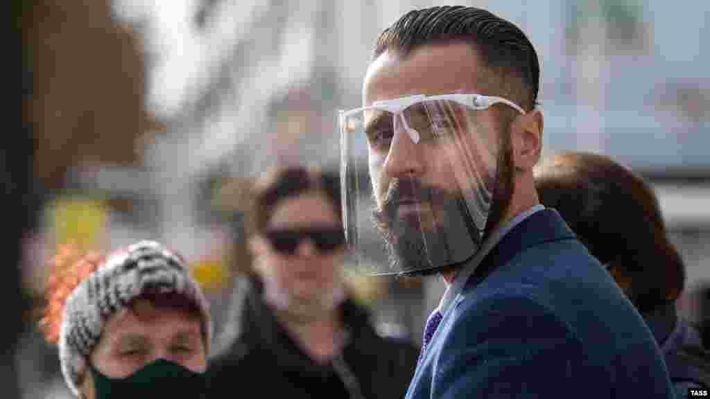 Житель Сімферополя в захисній масці під час обмежень, пов'язаних з коронавірусною інфекцією. Більше про те, як кримчани переживають пандемію в місті, – у фотогалереї Крим.Реалії