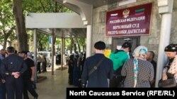 Жители села Кака-Шура у здания Верховного суда Дагестана 19 мая 2021 года