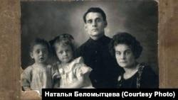 Петр Беломытцев с женой Анной и детьми накануне ареста. Новосибирск. 1928 г.