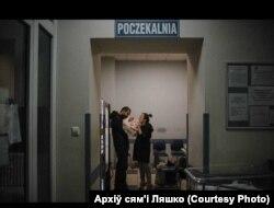 Паліна і Андрэй Ляшко з малым дзіцём у радзільні ў Варшаве.