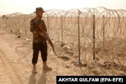 یک مقام پاکستانی در 18 ژوئیه در مرز پاکستان در نزدیکی چمن گشت زنی کرد ، زیرا گذرگاه چند روز پس از کنترل طالبان بر گذرگاه اسپین بولدک به افغانستان بازگشایی شد.
