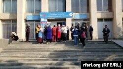 Парламенттик шайлоого добуш берүү. Бишкек шаары, 4-октябрь, 2020-жыл.