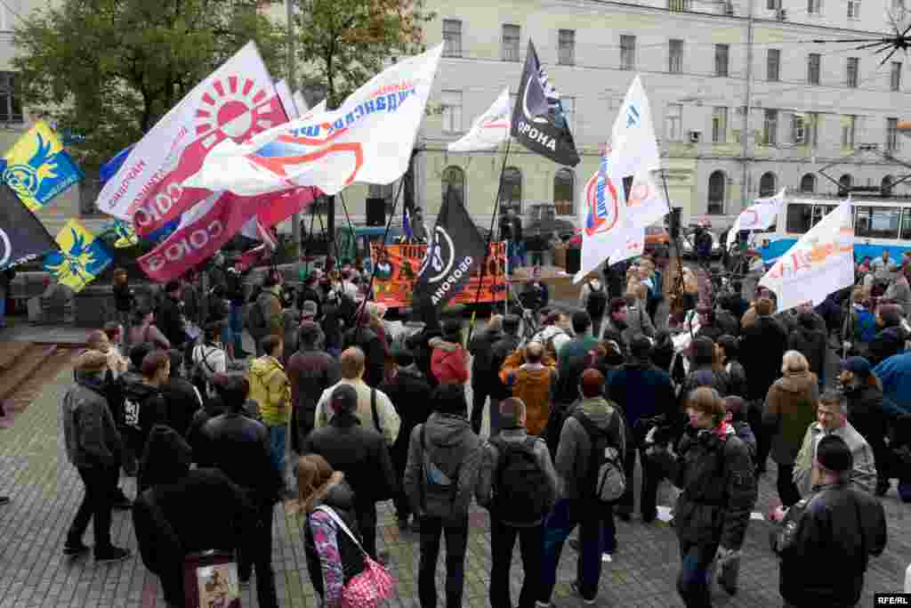 В санкционированном митинге на Чистых прудах приняли участие активисты Антивоенного клуба, Объединенного гражданского фронта, движений «Свободные радикалы», «Оборона», «Смена» и других организаций.