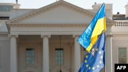 Флаги Украины и Евросоюза перед Белым домом в Вашингтоне, США. 2014