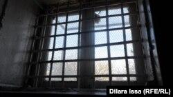 Зарешеченное окно в тюремной камере.