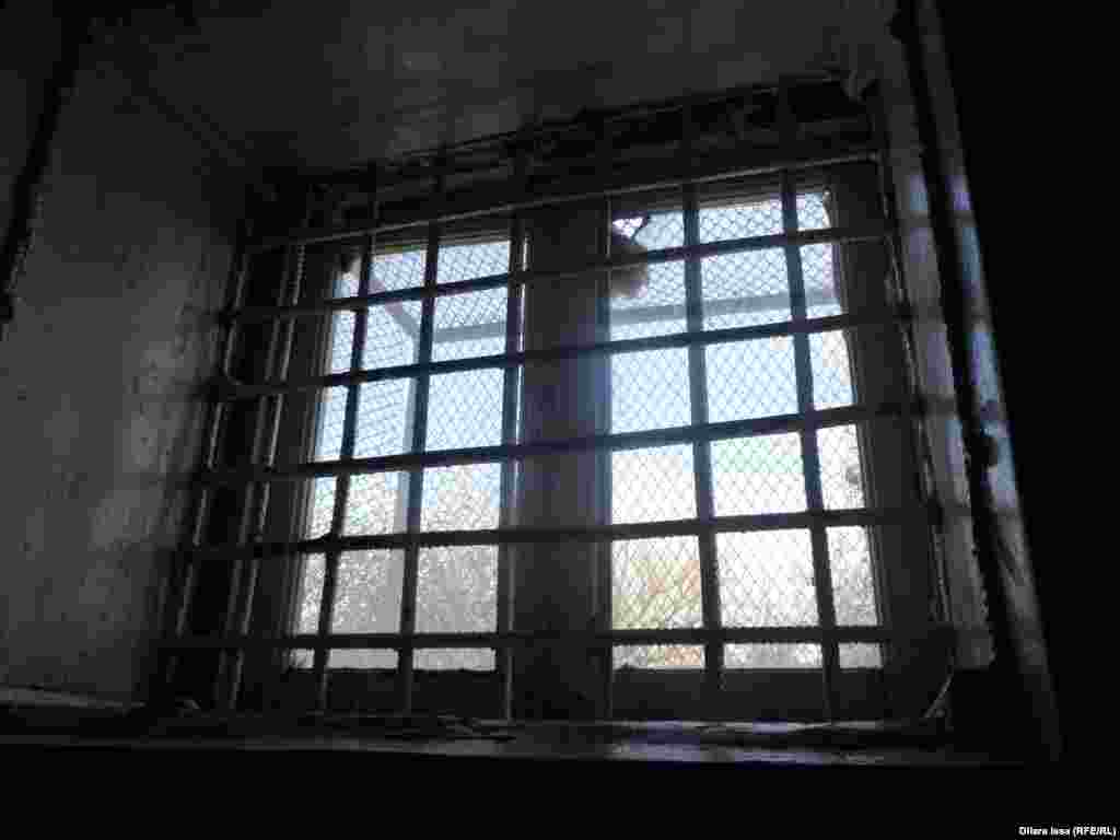 Қатаң тәртіптегі камераның ішінен темір шарбақпен, сыртынан темір тормен қапталған жалғыз терезесі.