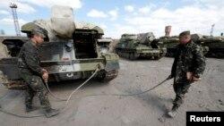 بحران در اوکراین بالا گرفته و مقامهای بینالمللی در تلاش برای یافتن راهحلی برای آن دیدار میکنند. [در تصویر: سربازان اوکراینی]