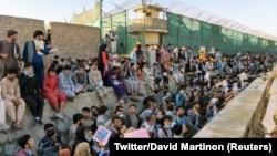 هجوم مردم در میدان هوایی بینالمللی کابل