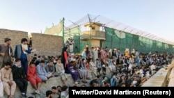 Кабул аэропортунун сыртында чогулгандар. 25-август, 2021-жыл.