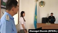 Сириядан оралған ақтөбелік Зарина Ақмалаева сотында судья үкім оқып жатыр. Айыпталушы өзін суретке түсіруге қарсы болды. Ақтөбе, 26 шілде 2019 жыл.
