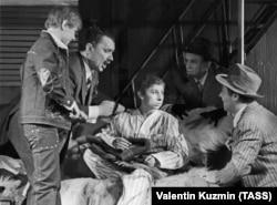 """Лия Ахеджакова в спектакле Московского театра Юного зрителя """"Дорогой мальчик"""", 1972 год"""