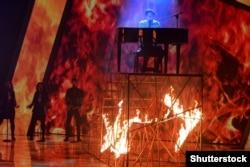 Співак Melovin (Костянтин Бочаров) під час виступу у фіналі національного відбору на «Євробачення-2018». Київ, 24 лютого 2018 року