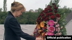 Գերմանիայի Բունդեսթագի փոխնախագահ Էդելգարդ Բուլմահնը ծաղկեպսակ է տեղադրում Հայոց ցեղասպանության զոհերի հուշահամալիրում, Երևան, 24-ը մայիսի, 2016թ․