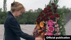 Вице-спикер Бундестага у мемориала жертв геноцида в Ереване