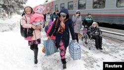 Беженцы из Восточной Украины выходят из поезда в Ставропольском крае России.