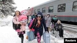 Біженці з Донбасу виходять із поїзда в Росії. Лютий 2015 року