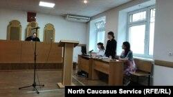 Заседание Промышленного райсуда во Владикавказе по делу о родительских правах, Светлана Караева крайняя справа