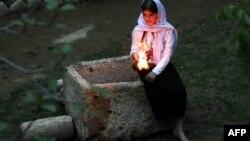 Представительница общины езидов в Ираке празднует новый год в храме, находящемся возле Духока