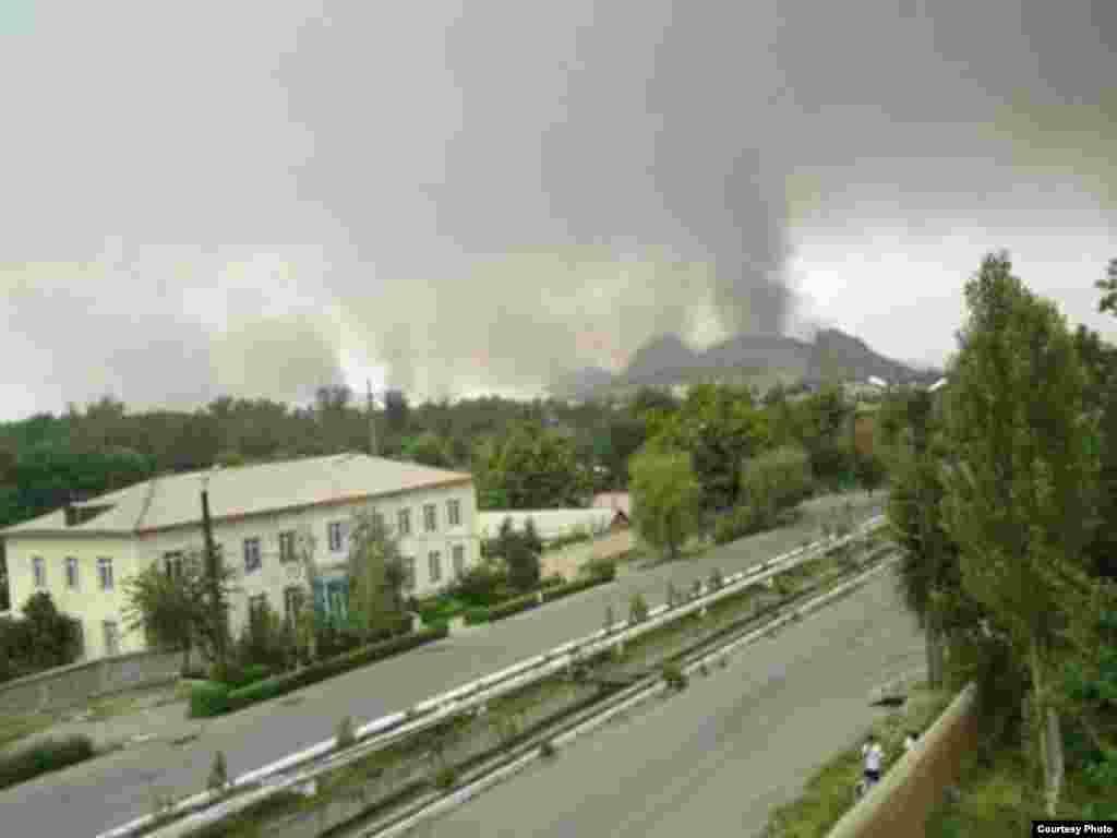 Июнь коогасы учурунда Ош шаарынын үстүнөн көрүнгөн көк түтүн. 12-июнь. 2010-жыл.