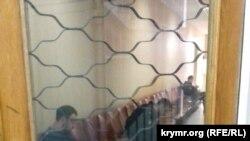 Oturışuvlar qapalı şekilde keçken Qırım Yuqarı mahkemesiniñ koridorı
