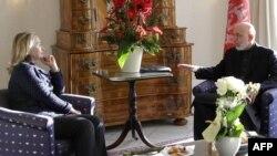 Ҳомид Карзай зимни мулоқот бо Ҳилларӣ Клинтон, 5-уми декабри соли 2011,Бонн.