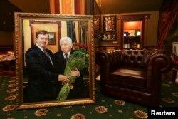 Интерьер комнаты на даче Виктора Пшонки с его портретом вместе с Виктором Януковичем. Деревня Горениха, недалеко от Киева. 24 февраля 2014 года.