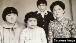 Фото из семейного альбома Гацаевых. Гулара Жексенкызы со своими детьми.