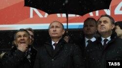 Сулдан: Рөстәм Миңнеханов, Владимир Путин, Русия спорт министр Виталий Мутко Казан-Арена стадионында, 2013 ел