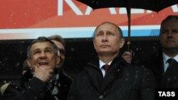 Президент России Владимир Путин (в центре) и президент Татарстана Рустам Минниханов (слева)