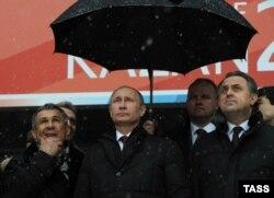 Президент России Владимир Путин (второй слева) и президент Татарстана Рустам Минниханов. Казань, 19 марта 2013 года.