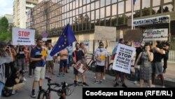 Протестната акция пред немското посолство в София започна в 18.30 часа в сряда и продължи около час