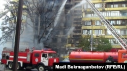 Пожарные тушат огонь, вспыхнувший после аварии бензовоза. Алматы, 27 июня 2013 года.