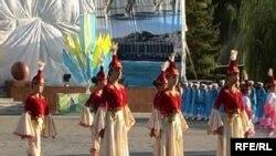 Девушки в казахской традиционной одежде исполняют танец. Иллюстративное фото.