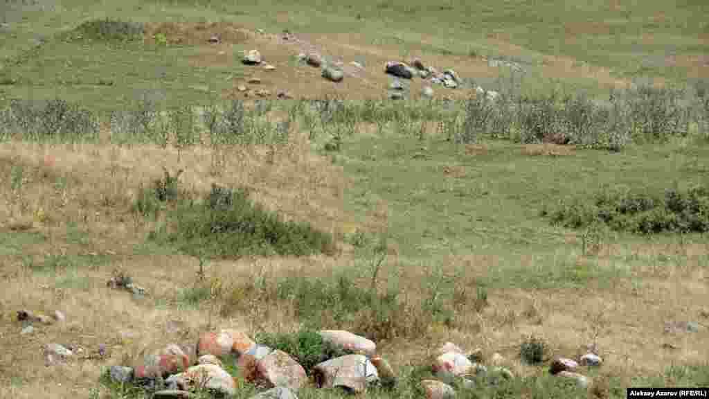 Қалашық маңындағы өзеннің ар жағынан үйілген тастарды байқауға болады. Археологтардың айтуынша, бұл үйсіндердің қорымы. Оларды баяғыда ұрлап, тонаған.