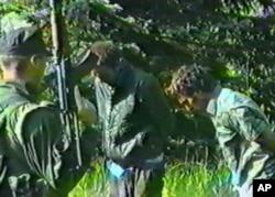 Un bărbat musulman care ar fi fost capturat în Srebrenica de către un grup paramilitar sârb cunoscut sub numele de Scorpionii.