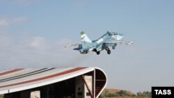 Ілюстративне фото. Тренування палубної авіації Північного флоту Росії в Криму, 2010 рік