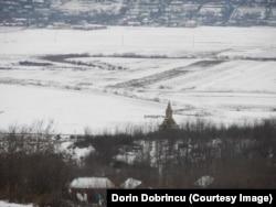 Privire de pe drumul Șipote-Răuseni asupra monumentului de la Rediu-Răuseni, decembrie 2019
