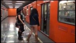"""Meksika metrosunda """"Şalvarsız gəzmə"""" aksiyası"""