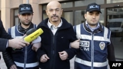 Паліцыя вядзе доктара Юсуфа Санмэза ў суд, Стамбул, 12.01.2011