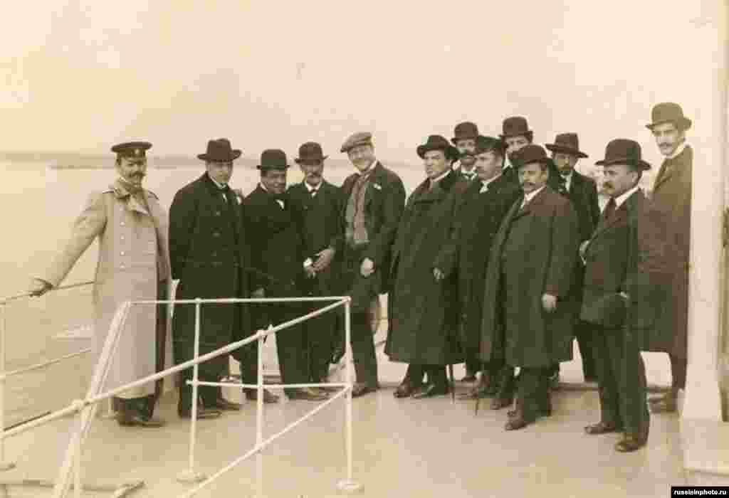 Федор Шаляпин и А. А. Смирнов на палубе парохода в окружении самарцев, 1900 год