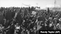 ათიათასობით ირანელი ქალი შეიკრიბა თეირანში 1979 წლის 16 მარტს, აიათოლა ხომეინის მხარდასაჭერად, რომელმაც ისლამური კანონების დაცვისკენ მოუწოდა. ეს გულისხმობდა გრძელი შავი სამოსისა და ჩადრის ტარებას.