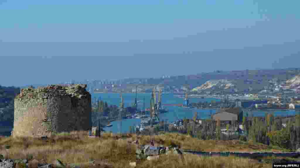 Її почали будувати в VI столітті за візантійського імператора Юстиніана I,який укріплював форпостами кордони імперії в Північному Причорномор'ї. Перша назва фортеці невідома. На венеціанській морської мапі XIII століття пункт наприкінці Північної бухти названий Газарія, на генуезькій 1318 року – Каламіта.  У 1427 році імператор кримського князівства Феодоро князь Олексій на руїнах фортеці VI століття звів нову. Вона складалася з шести веж, з'єднаних чотирма куртинами, три з яких не збереглися